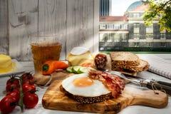 Hamburg, Hartelijk avondmaal, gebraden ei en bacon op brood stock afbeelding