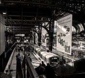 Hamburg Hauptbahnhof met forenzen stock foto