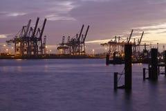 Hamburg - Haven in de avond Royalty-vrije Stock Foto's