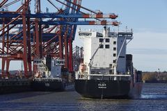 Hamburg - het Containerschip komt bij de haven Waltershof aan Royalty-vrije Stock Afbeeldingen