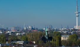 Hamburg horisontsikt från ett tak arkivbild