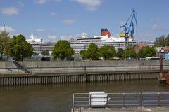 Hamburg - Kreuzschiff in einem Drydock Lizenzfreie Stockfotos