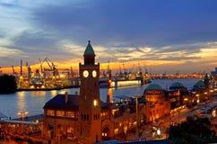 Hamburg Landungsbruecken solnedgång RF Arkivfoton