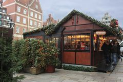 Hamburg, Niemcy - 10 12 2017: Boże Narodzenia wprowadzać na rynek uczciwego kioska Sprzedaż rozmyślający miodownik i wino zdjęcie stock
