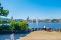 HAMBURG NIEMCY, CZERWIEC, - 08, 2015: Piękny jezioro po środku miasta, pluśnięcie woda dla relaksować, główny przyciąganie Zdjęcie Stock
