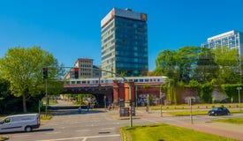 HAMBURG NIEMCY, CZERWIEC, - 08, 2015: Taborowy przyjeżdżać dworzec pod samochodów przechodzić, Przy końcówką nowożytny budynek Zdjęcie Royalty Free