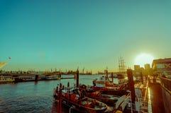 HAMBURG NIEMCY, CZERWIEC, - 08, 2015: Wschód słońca zaświeca w górę łodzi na Hamburg, ludzi chodzić i żadny żeglowaniu, Obraz Royalty Free