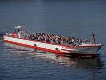 Hamburg Niemcy, Kwiecień, - 22, 2018: Ludzie łączy łódkowatą wycieczkę przy Alster jeziorem cieszą się świetną pogodę obraz royalty free