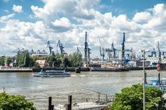 Hamburg Niemcy, Lipiec, - 14, 2017: Kwiatu i Voss dockyard lokalizuje blisko do rzecznego Elbe w mieście Hamburg Obrazy Stock