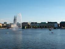 Hamburg Niemcy, Lipiec, - 02, 2018: Ludzie cieszą się świetną pogodę przy Alster jeziorem w Hamburskim Niemcy Obraz Stock