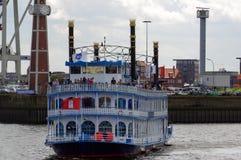 HAMBURG, NIEMCY - 18 2015 LIPIEC: Paddle parostatku Luizjana gwiazdy prom Ja ` s pasażerski statek który opiera się na Amerykańsk Zdjęcia Royalty Free
