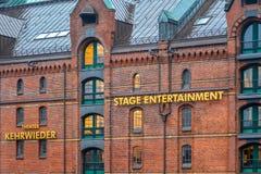Hamburg, Niemcy, 22 2017 Listopad Wielcy Złoci listy na czerwonych ścianach z cegieł w Speicherstadt Znak Kehrwieder teatr i S zdjęcia stock