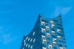 Hamburg Niemcy, Maj, - 28, 2017: Odgórny kształt Elbphilharmonie z białymi okno i niektóre białymi chmurami w niebie, Hamburg Obrazy Royalty Free