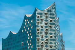 Hamburg Niemcy, Maj, - 28, 2017: Odgórny kształt Elbphilharmonie z białymi okno i niektóre białymi chmurami w niebie, Hamburg Obraz Stock