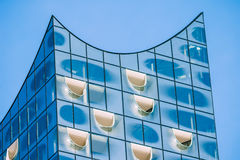 Hamburg Niemcy, Maj, - 28, 2017: Zakończenie up odgórny kształt Elbphilharmonie z białymi okno wewnątrz i niektóre białymi chmura Zdjęcia Stock