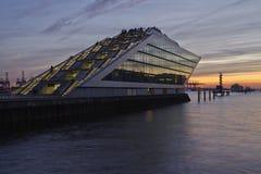 Hamburg (Niemcy) - Pływa statkiem terminal przy zmierzchem zdjęcia stock