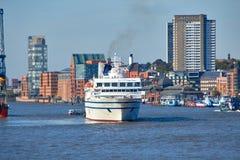 Hamburg Niemcy, Październik, - 5, 2018: Denny molo w Niemcy Widok port Hamburg Fotografia molo Hamburg Pejzaż miejski zdjęcia stock