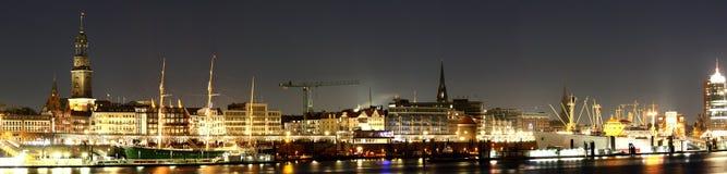 Hamburg panorama på natten Arkivbilder