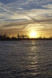 Hamburg - port av Hamburg på solnedgången Royaltyfria Bilder