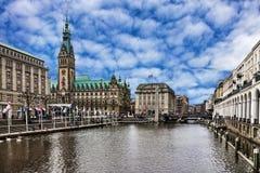 Hamburg-Rathaus und Fluss, Deutschland Stockbild