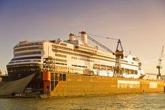 Hamburg, scheepswerf met cruiseschip Royalty-vrije Stock Afbeeldingen