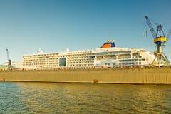Hamburg skeppsvarv med kryssningskeppet Arkivbild
