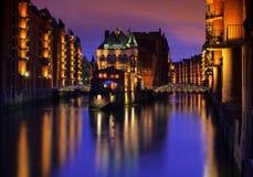 Hamburg stad av lagerslotten på natten Fotografering för Bildbyråer