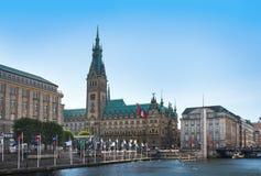Hamburg stadshus med alster Arkivfoton
