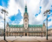 Hamburg stadshus med dramatiska moln, Tyskland Arkivbilder
