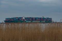 """Hamburg Tyskland†""""Februari 06: Kina för behållareskeppet sändnings kör agroundon Februari 06, 2016 i Elben nära Hamburg royaltyfri foto"""