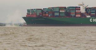 """Hamburg Tyskland†""""Februari 06: Kina för behållareskeppet sändnings kör agroundon Februari 06, 2016 i Elben nära Hamburg fotografering för bildbyråer"""