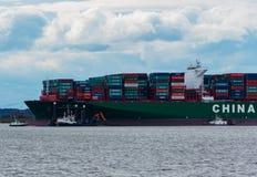 """Hamburg Tyskland†""""Februari 06: Kina för behållareskeppet sändnings kör agroundon Februari 06, 2016 i Elben nära Hamburg royaltyfria bilder"""