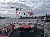 Hamburg Tyskland - April 22, 2016 deserterade övredäcket av en HADAG-hamnfärja på vinddagen Royaltyfri Foto