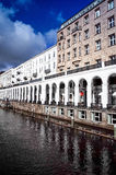 HAMBURG TYSKLAND - APRIL 3: Gatasikt av i stadens centrum Hamburg på Royaltyfri Foto
