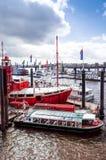 HAMBURG TYSKLAND - APRIL 3: Gatasikt av kryssningskeppet i Het Royaltyfri Fotografi