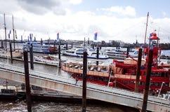 HAMBURG TYSKLAND - APRIL 3: Gatasikt av kryssningskeppet i Het Arkivbilder