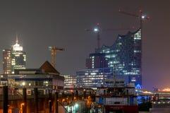Hamburg Tyskland - April 03, 2014: Sikt på restaurangen Ueberseebruecke och den Elbphilharmonie konserthallen Arkivfoto