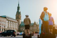 HAMBURG TYSKLAND - April 20, 2018: Touristic Segway turnerar nära stadshus i Hamburg fotografering för bildbyråer