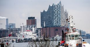 Hamburg Tyskland, December 10th 2017: Sikt från den Hamburg hamnen Fotografering för Bildbyråer