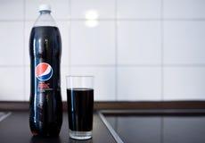 Hamburg Tyskland 01 18 illustrativ ledare 2018 av den ÄLSKLINGS- flaskan av Pepsi som är maximal med fyllt dricka exponeringsglas Royaltyfri Bild