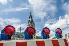 Hamburg Tyskland - Juli 14, 2017: Barrikaden blockerar vägen till townhallen fotografering för bildbyråer