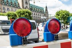 Hamburg Tyskland - Juli 14, 2017: Barrikaden blockerar vägen till townhallen royaltyfria bilder