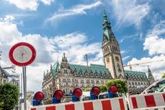 Hamburg Tyskland - Juli 14, 2017: Barrikaden blockerar vägen till townhallen royaltyfria foton