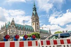 Hamburg Tyskland - Juli 14, 2017: Barrikaden blockerar vägen till townhallen arkivfoto