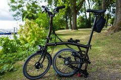 Hamburg Tyskland - Juli 14, 2018: Cykeln för upplaga för Brompton svartfärg i Hamburg royaltyfri bild