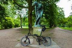 Hamburg Tyskland - Juli 14, 2018: Cykeln för upplaga för Brompton svartfärg i Hamburg royaltyfria bilder