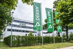 Hamburg Tyskland - Juli 15, 2017: DEKRAEN är a i 1925 etablerade provningssamhälle arkivfoton