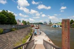 Hamburg Tyskland - Juli 12, 2014: Den Hadag färjan fungerar bra på den soliga dagen i Hamburg, Tyskland Royaltyfri Bild