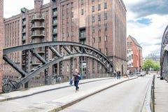 Hamburg Tyskland - Juli 14, 2017: Folk som besöker den Pogennmuehlen bron i lagerområdet Hamburg Arkivfoton