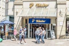 Hamburg Tyskland - Juli 14, 2017: Kunder som tycker om erbjuda av det Tchibo lagret Arkivbilder